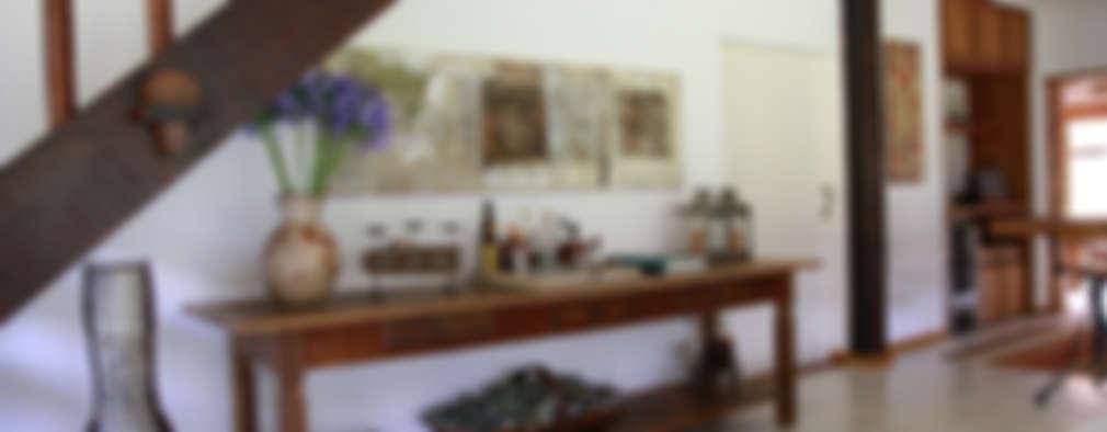 Pasillos y recibidores de estilo  por FLAVIO BERREDO ARQUITETURA E CONSTRUÇÃO