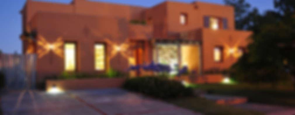 Encuentro: Casas de estilo moderno por Estudio Moron Saad
