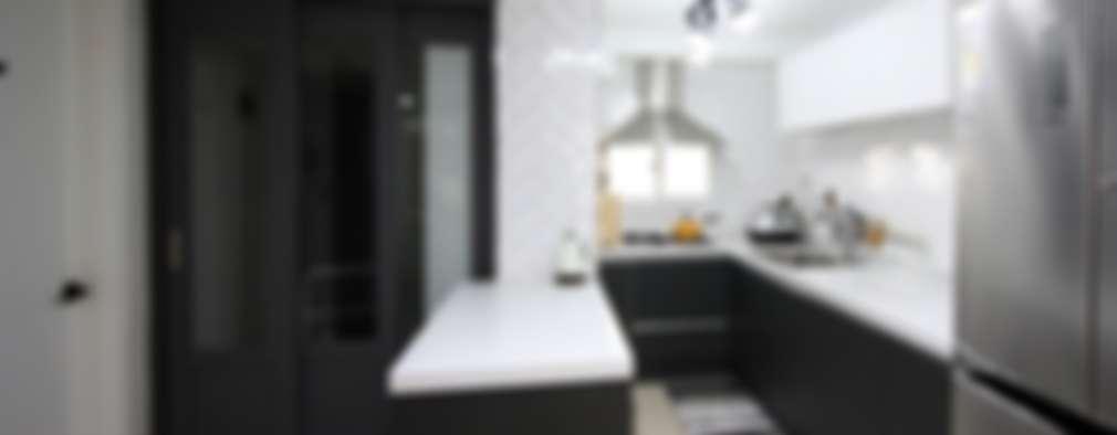 22평 복도식 모던 홈스타일링: homelatte의  주방