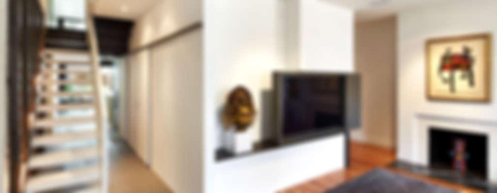 Salas multimedia de estilo moderno por KUBE Architecture