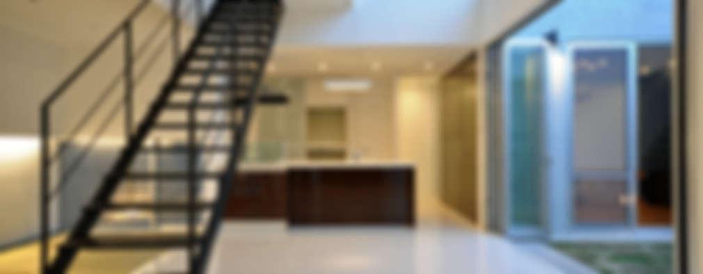 Pasillos y recibidores de estilo  por 門一級建築士事務所