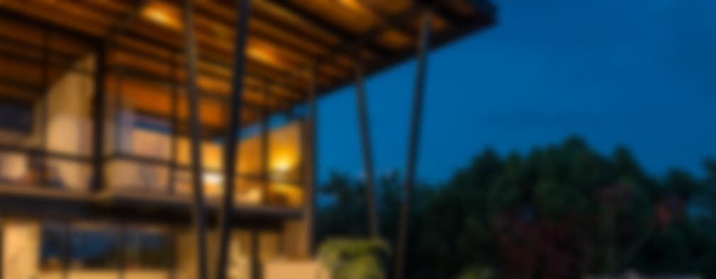Terraza con jacuzy: Albercas de estilo moderno por arquitecturalternativa