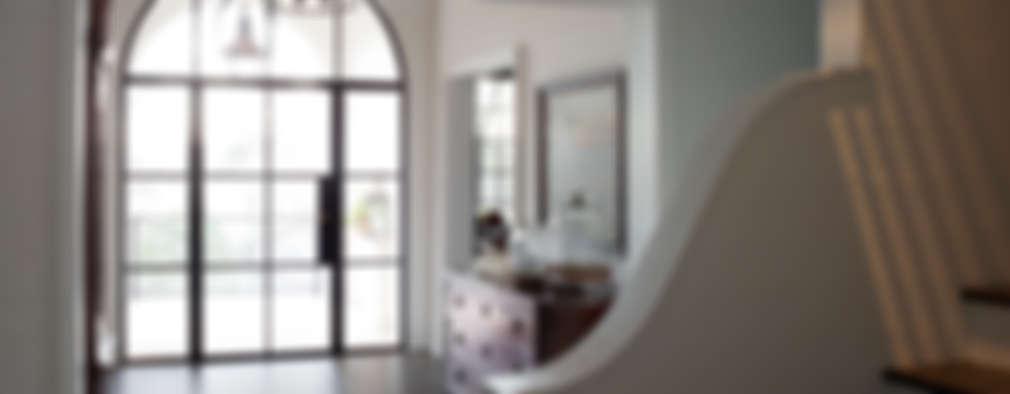 Pasillos y recibidores de estilo  por Christopher Architecture & Interiors
