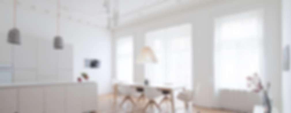 Sala da pranzo in stile in stile Moderno di destilat Design Studio GmbH