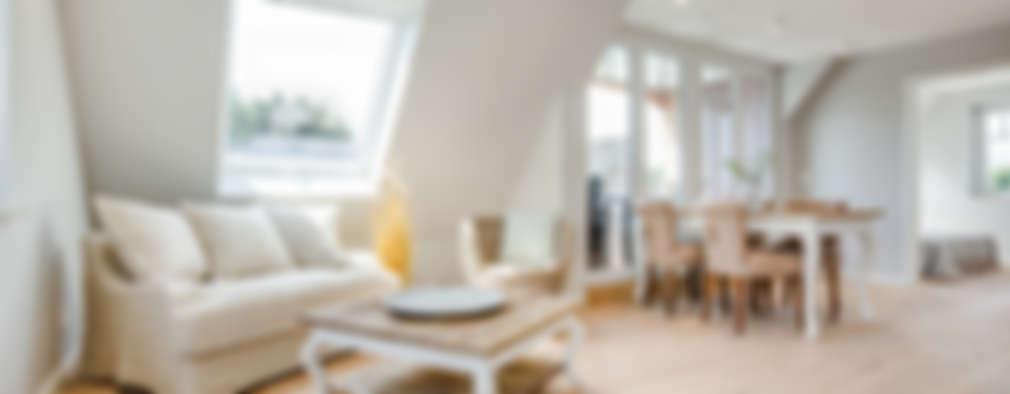 Soggiorno in stile in stile Moderno di Home Staging Sylt GmbH