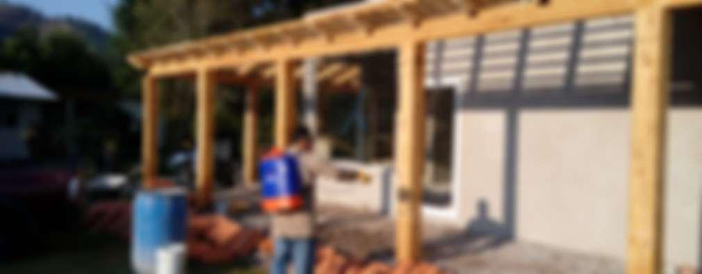 Aplicación de tratamiento antipolilla en madera.: Casas de estilo rural por taller garcia arquitectura integral