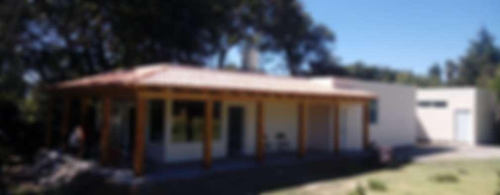 Vista de fachada concluida.: Casas de estilo rural por taller garcia arquitectura integral