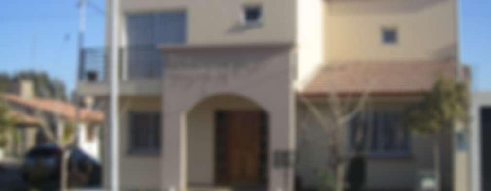 Casas de estilo clásico por Arq. Leticia Gobbi & asociados
