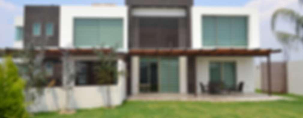 Fachada desde jardín: Casas de estilo moderno por ANTARA DISEÑO Y CONSTRUCCIÓN SA DE CV