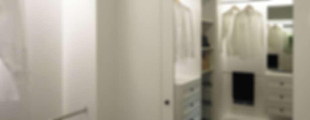 Vestidores y closets de estilo clásico por 構築設計