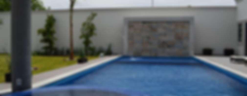 Casa de Campo: Albercas de estilo clásico por Álzar