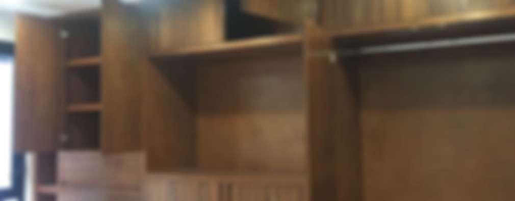 DETALLE CLOSET ABIERTO: Vestidores y closets de estilo moderno por ENSAMBLE STUDIO