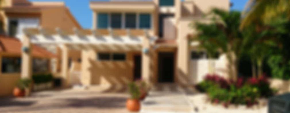 Principal facade: Casas unifamiliares de estilo  por DHI Riviera Maya Architects & Contractors