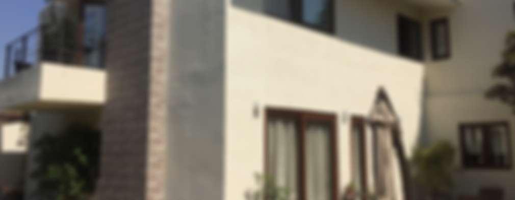 FACHADA PRINCIPAL CON TERRAZA : Casas unifamiliares de estilo  por Arqsol