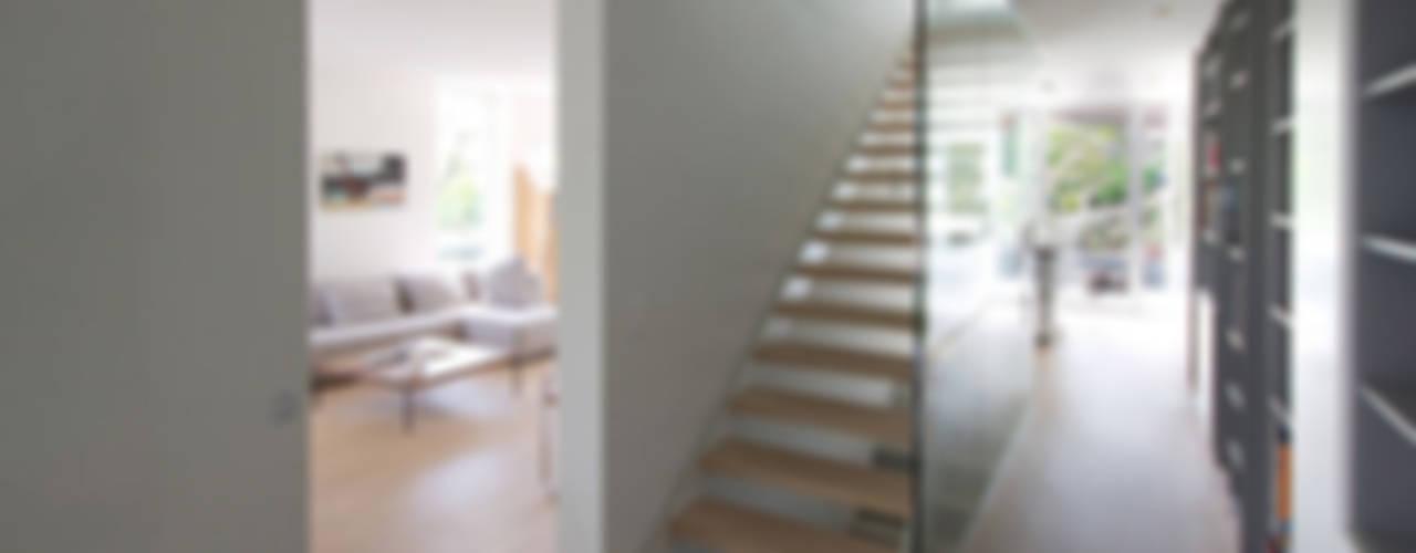Casa Locarno Mediterraner Flur, Diele & Treppenhaus von designyougo - architects and designers Mediterran