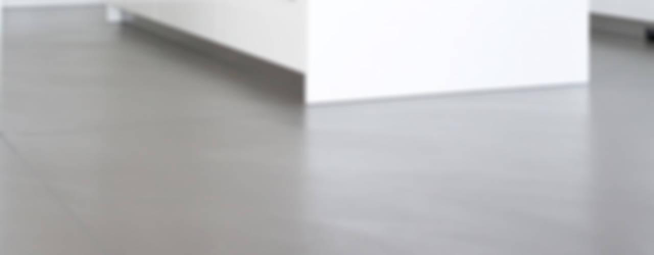 Salon moderne par Fugenlose mineralische Böden und Wände Moderne