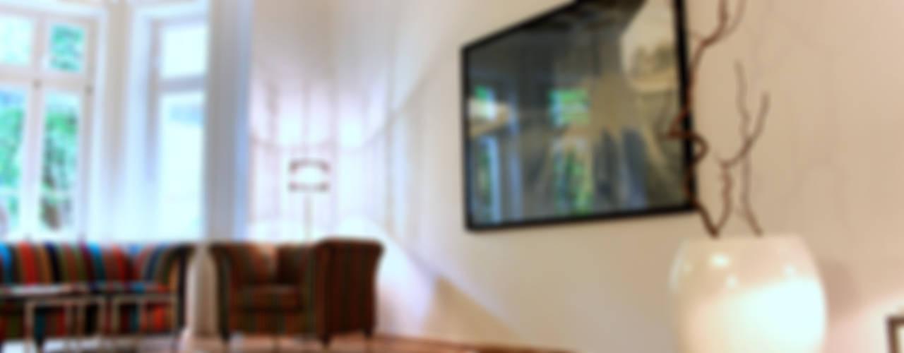 Musterwohnung in san. Altbau-Villa in Leipzig Klassische Wohnzimmer von wohnhelden Home Staging Klassisch