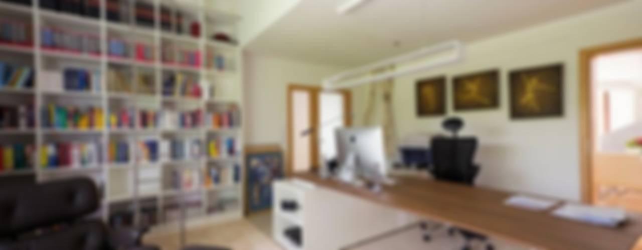 Home Office - exklusive Ausstattung - u.a. mit VITRA Moderne Arbeitszimmer von tRÄUME - Ideen Raum geben Modern