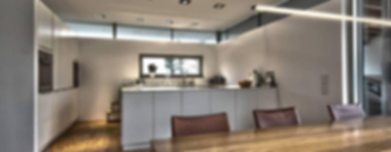 Cucina moderna di Schiller Architektur BDA Moderno
