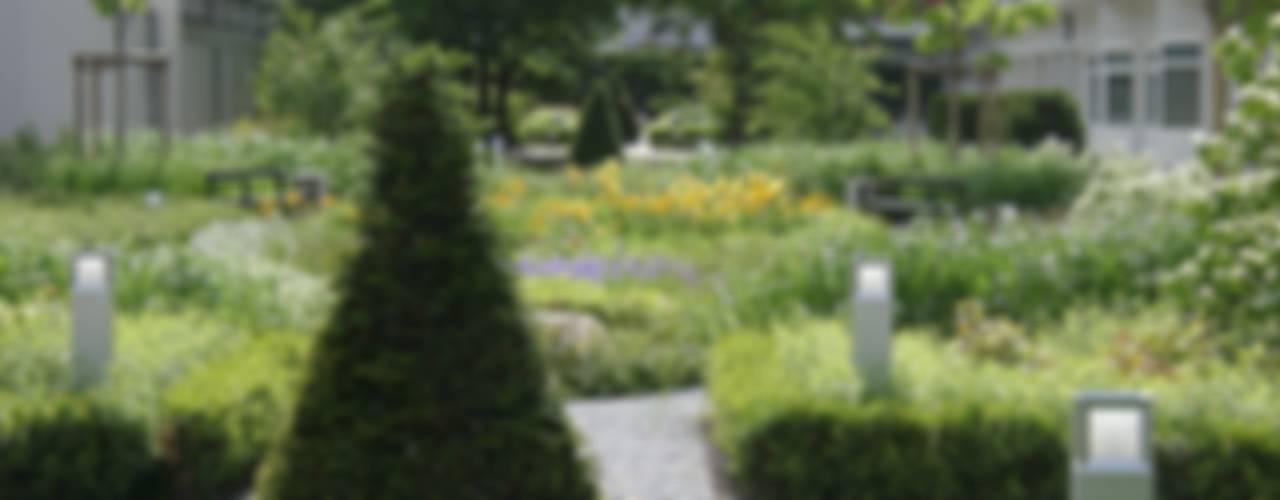 Ein ganz besonderer Hofgarten Klassischer Garten von neuegaerten-gartenkunst Klassisch