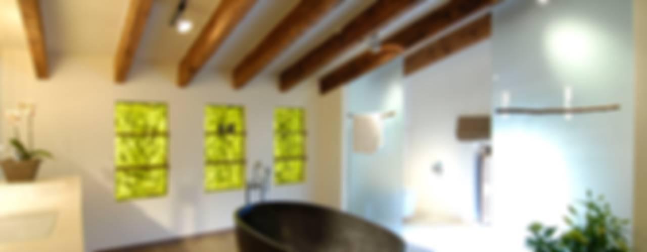 Bagno in stile mediterraneo di Bernhard Preis - Interior Design aus der Region Tegernsee Mediterraneo