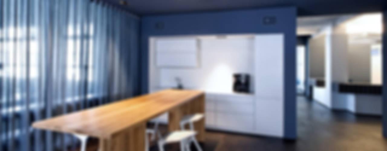 KFS: Umbau Fabriketage/ Lichtfabrik Kohlfurter Strasse, Berlin Kreuzberg Moderne Küchen von a-base I büro für architektur Modern