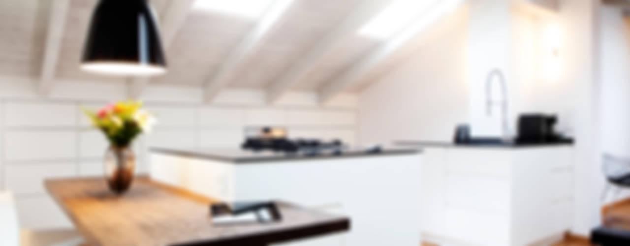 Rustykalna sypialnia od BESPOKE GmbH // Interior Design & Production Rustykalny