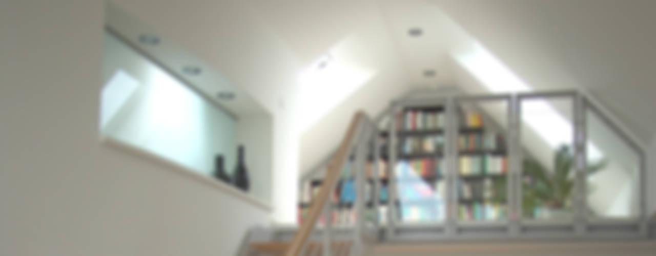 Couloir, entrée, escaliers modernes par zymara und loitzenbauer architekten bda Moderne