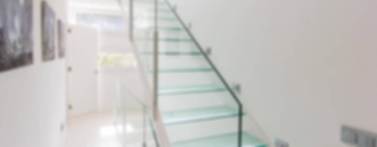 VILLA EN MENORCA Pasillos, vestíbulos y escaleras de estilo minimalista de Home Deco Decoración Minimalista