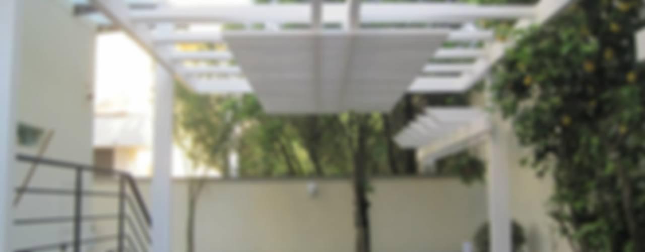 GAZEBO BIANCO Balcone, Veranda & Terrazza in stile moderno di RicreArt - Italmaxitetto Moderno