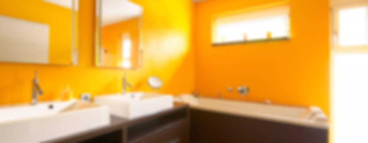 AUSSERGEWÖHNLICHE DOPPELHAUSHÄLFTE:  Badezimmer von b2 böhme BAUBERATUNG