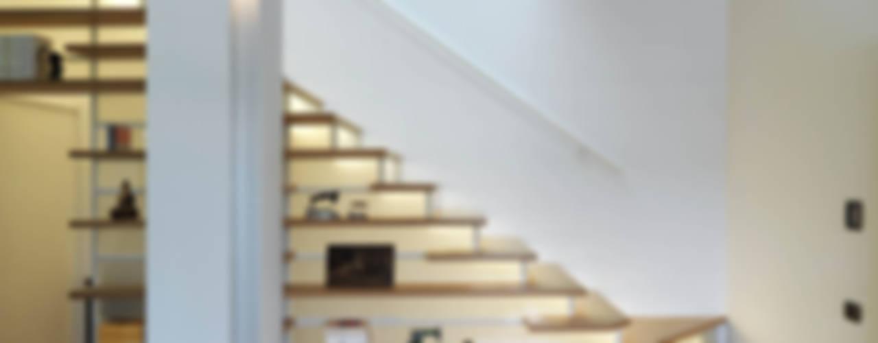 Modern corridor, hallway & stairs by enzoferrara architetti Modern
