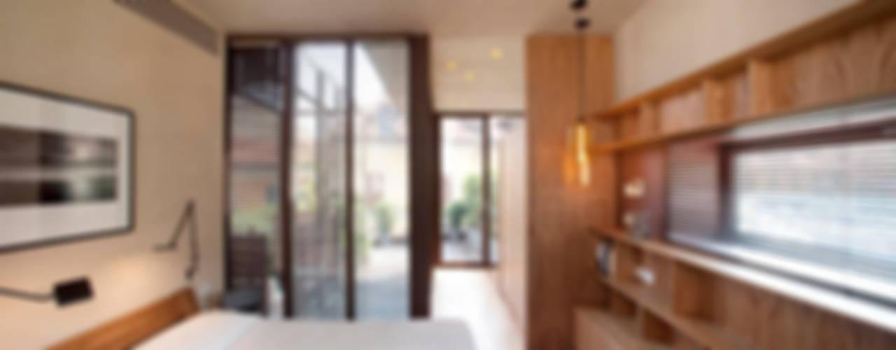 Camera sul tetto Camera da letto moderna di Calzoni architetti Moderno