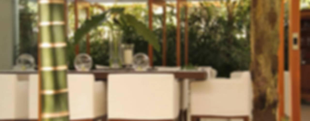 Villa de Torrimar, Puerto Rico Salle à manger tropicale par Lichelle Silvestry Interiors Tropical