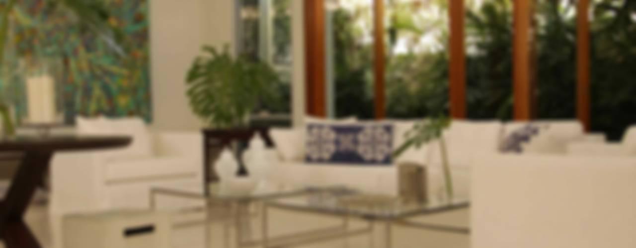 Salas de estar tropicais por Lichelle Silvestry Interiors Tropical