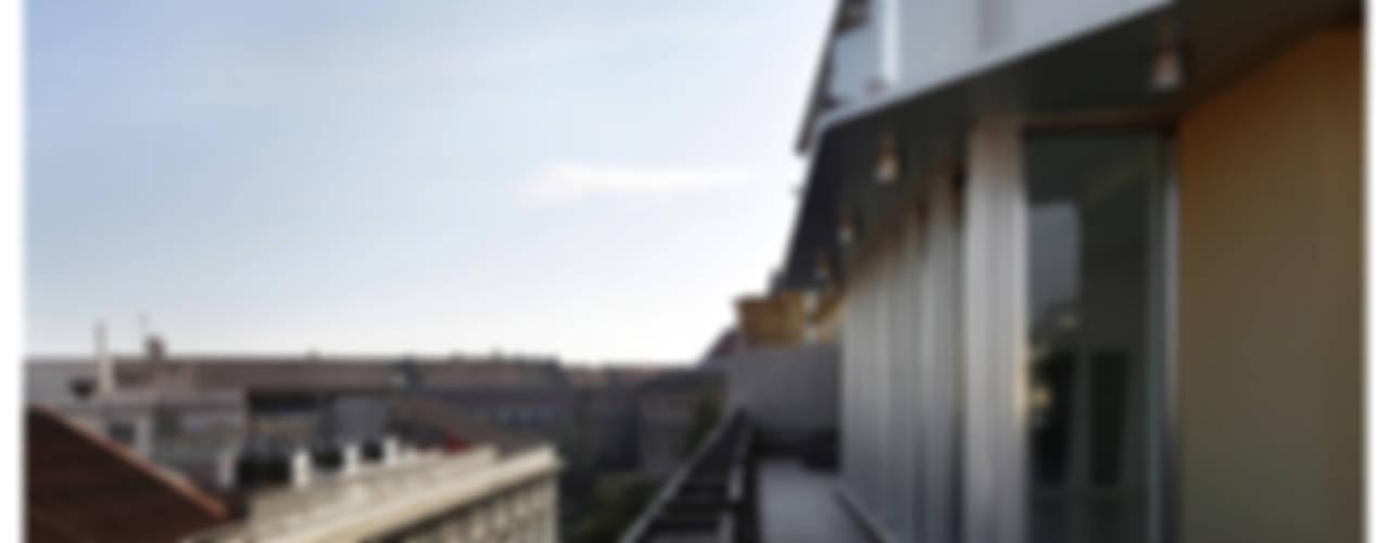 Eklektyczny balkon, taras i weranda od Garbadellarchitetti Eklektyczny
