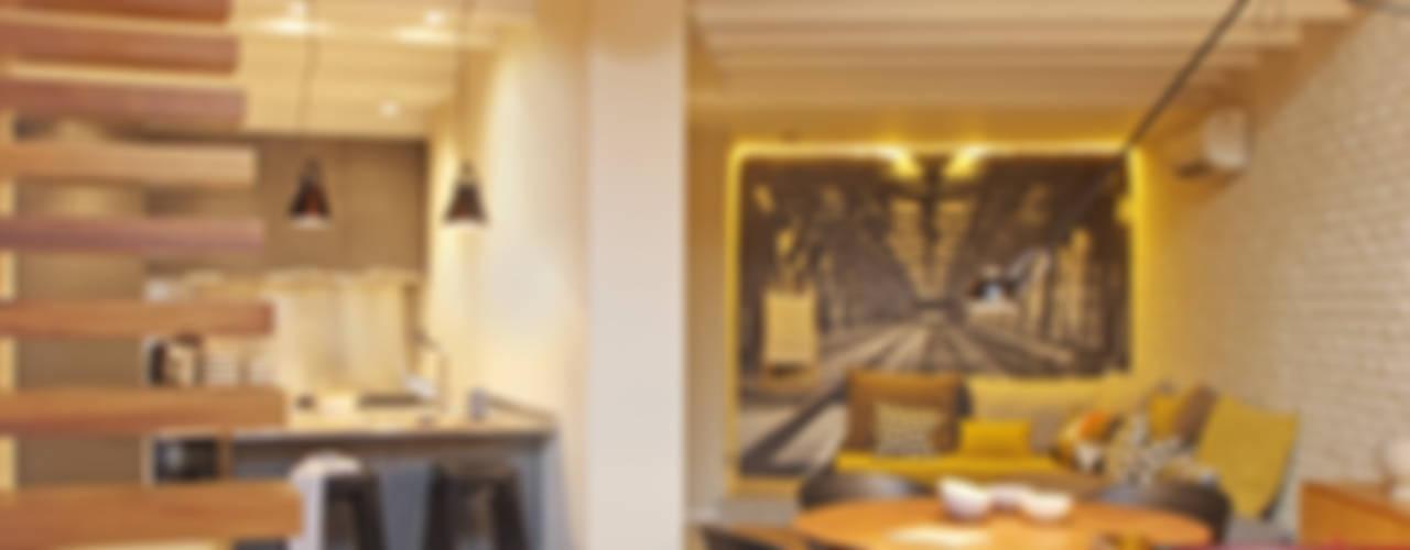 Moderne woonkamers van The Room Studio Modern