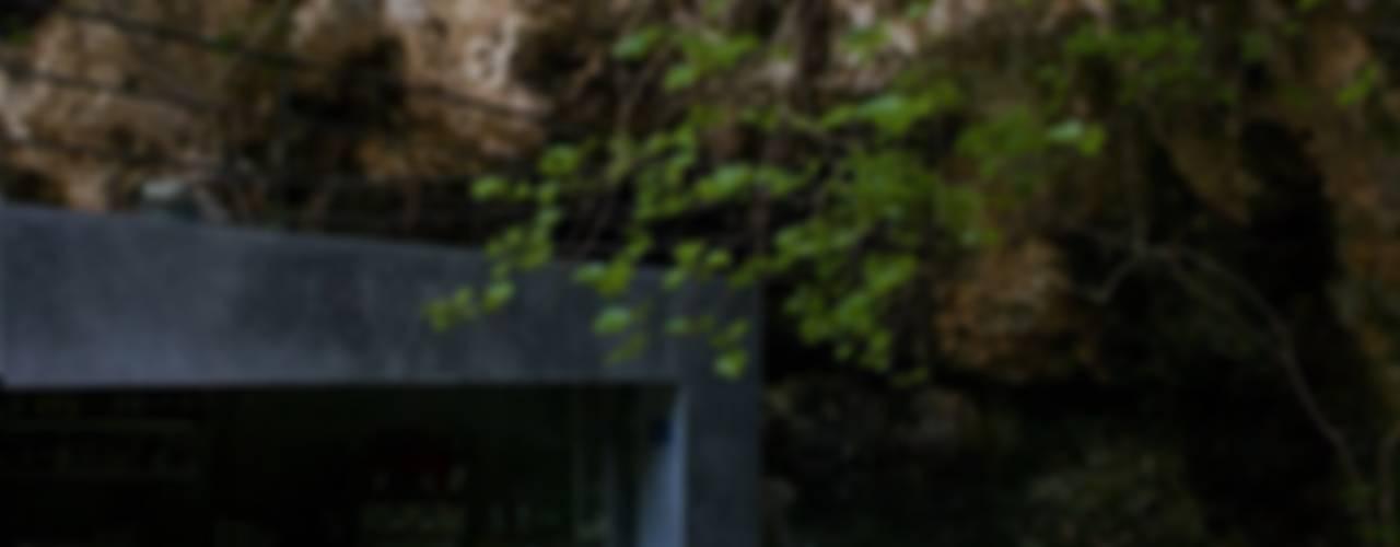 Bar en las Cuevas dels Hams Balcones y terrazas de estilo moderno de A2arquitectos Moderno