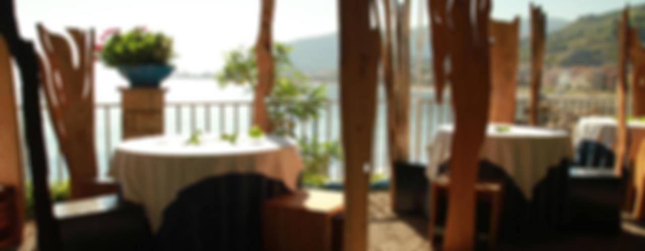 Bosco - installazione di 50 sedie di pyka-leone Eclettico