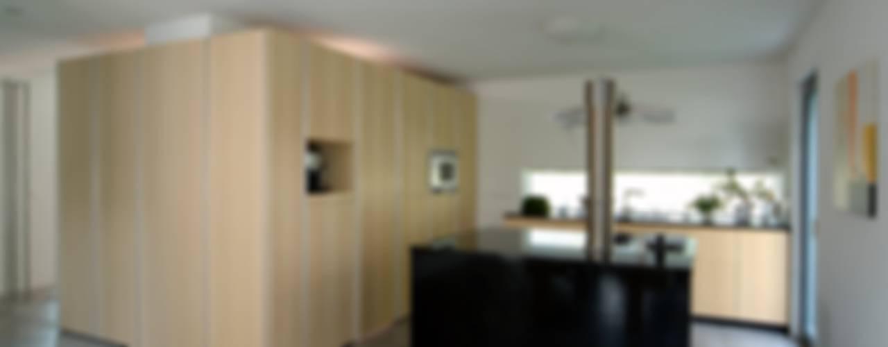 Haus Lenz in Überlingen Moderne Küchen von A r c h i t e k t i n Kelbing Modern