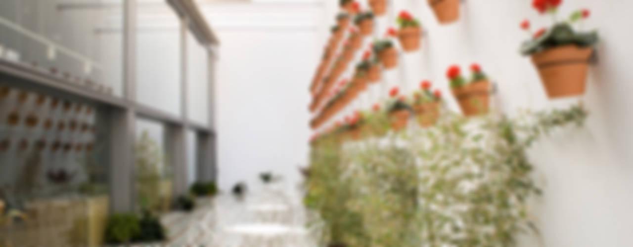 St. Christopher's Inns Hostel Barcelona. Bares y clubs de estilo moderno de LabMatic Estudio Moderno