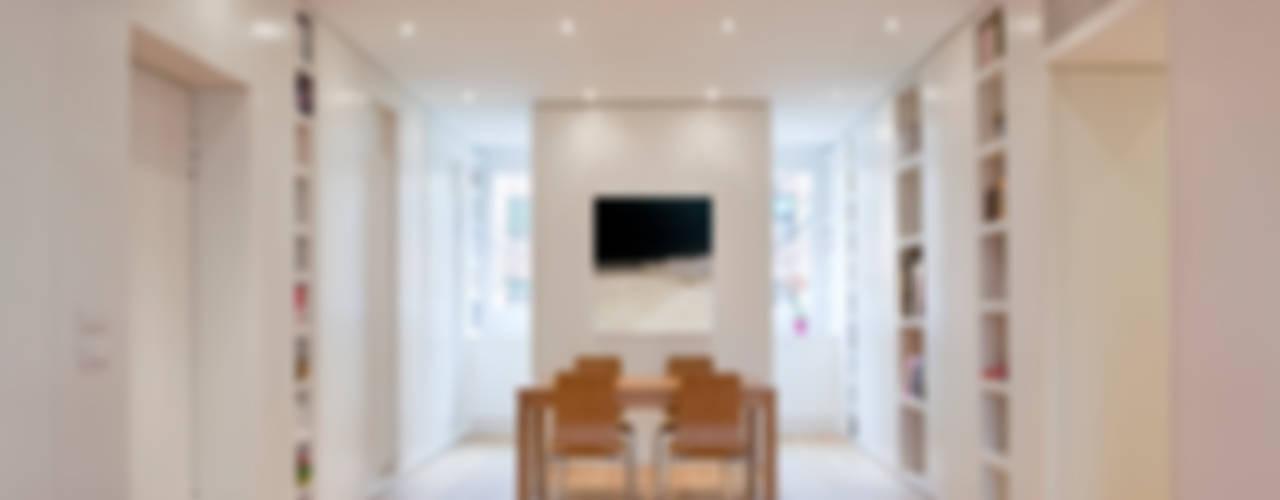 Ristrutturazione appartamento per un fotografo Sala da pranzo moderna di Studio RBA Moderno
