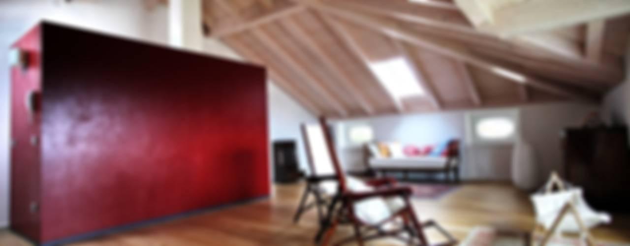 Salones de estilo moderno de luca pedrotti architetto Moderno
