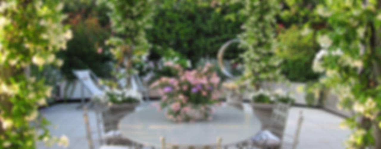 """"""" Classico con esuberanza """" Balcone, Veranda & Terrazza in stile classico di MASSIMO SEMOLA PROGETTAZIONE GIARDINI MILANO Classico"""