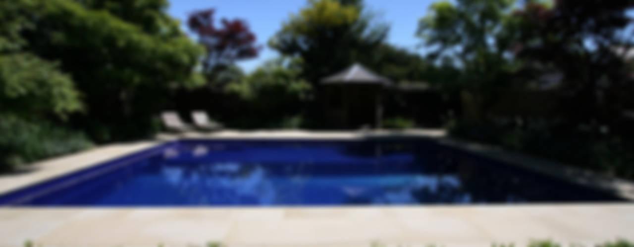 Sapphire Pool Wiejski basen od London Swimming Pool Company Wiejski
