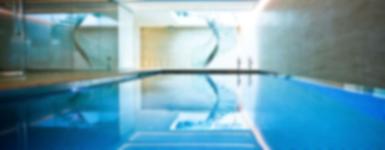 Pool & Wellness Area with Spiral Staircase Moderne zwembaden van London Swimming Pool Company Modern