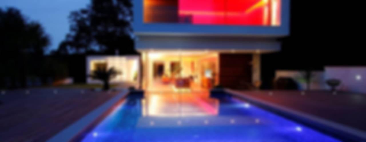 Tanby Swimming Pools: modern tarz , Modern
