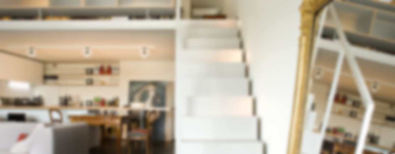 Scala e soppalco realizzati da NIVA-line Ni.va. Srl Ingresso, Corridoio & Scale in stile moderno Metallo Bianco