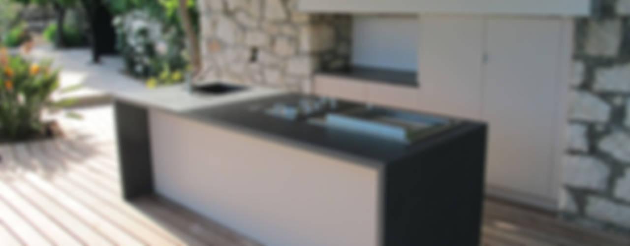 Deck piscine et cuisine d'extérieur Cuisine moderne par INSIDE Création Moderne