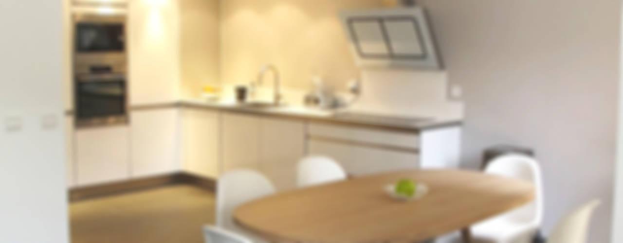 Rénovation d'une villa - St Laurent du Var: Cuisine de style  par INSIDE Création